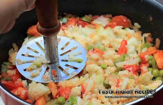 Mash with Pav Bhaji or Potato Masher